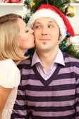 молодые счастливая пара возле елки на дому — Стоковое фото