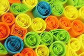 Kolorowy, quilling na żółtym tle z bliska — Zdjęcie stockowe