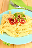 木桌上的番茄酱通心粉意面菜关门 — 图库照片