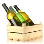 bouteilles de vin dans une boîte en bois isolé sur blanc — Photo