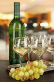 Vitt vin i glas och flaska på rummet bakgrund — Stockfoto