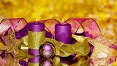 Boże narodzenie skład z świece i dekoracje w fioletowe i złote kolory — Zdjęcie stockowe