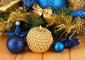 Composición de navidad con velas y decoraciones en colores azules y oro sobre fondo de madera — Foto de Stock