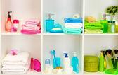 Accesorios para baño en anaqueles en baño — Foto de Stock