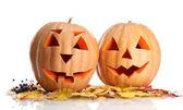 Zucche di halloween e foglie di autunno, isolati su bianco — Foto Stock