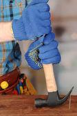 Prego puxando de trabalhador da madeira — Foto Stock