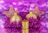Složení Vánoční svíčky a ozdoby ve fialové a zlaté barvy na světlé pozadí — Stock fotografie