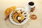 Torrada de pão branco com chocolate na mesa de madeira — Foto Stock