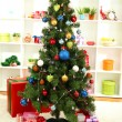 Decorated Christmas tree on home interior background — ストック写真