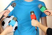Reunión micrófonos y futbolista — Foto de Stock