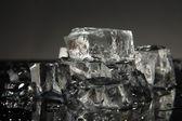 Cubos de hielo aislados en negro — Foto de Stock