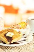 白面包烤面包、 巧克力和咖啡在咖啡厅中 — 图库照片
