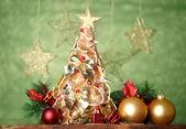 Hermoso árbol de navidad de limones secos con decoración, sobre fondo gris — Foto de Stock