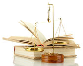 Ouro balança da justiça e livros isolados no branco — Fotografia Stock