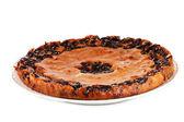Saborosa torta no prato isolado no branco — Foto Stock