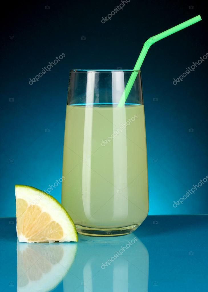 Delicious sweetie juice in glass and sweetie next to it on dark blue background — Stock Photo #17992229