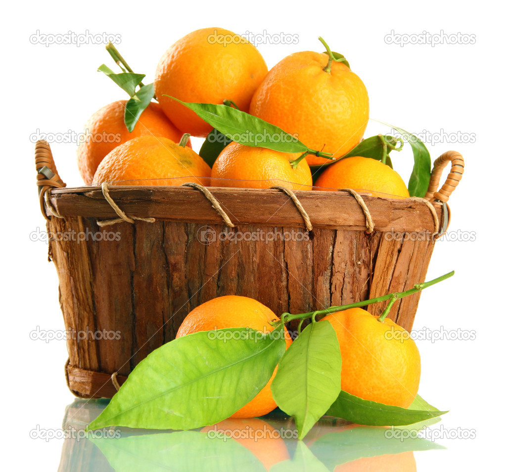 Ripe sweet tangerine with leaves in basket, isolated on white — Stock Photo #17992273