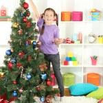 piccola ragazza decorazione albero di Natale — Foto Stock