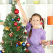 Little girl decorating christmas tree — ストック写真
