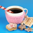 Cup of coffee with Christmas sweetness on blue background — Foto de Stock