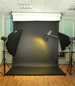 Lege fotostudio met verlichtingsapparatuur — Stockfoto
