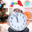 Child with clock in anticipation of New Year — ストック写真