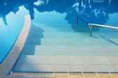 Hotel swimming pool with sunny reflections — Stockfoto