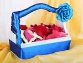 Cestino di nozze con petali di rosa — Foto Stock