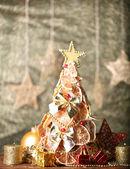 Prachtige Kerstboom van droge citroenen met decor, op grijze achtergrond — Stockfoto