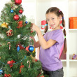 Little girl decorating christmas tree — 图库照片