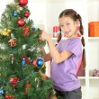lilla tjejen dekorera julgran — Stockfoto