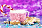 Cup of coffee with Christmas sweetness on purple background — 图库照片