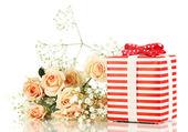 Presentask och blommor isolerad på vit — Stockfoto