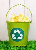 Scomparto di riciclaggio su erba verde vicino recinto in legno — Foto Stock