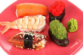 вкусные суши, служил на красную тарелку крупным планом — Стоковое фото