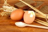 木製の背景にゆでた卵 — ストック写真
