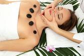 Portrét krásné ženy s wellness kameny s masáž hlavy — Stock fotografie