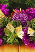 Composición de navidad con velas y decoraciones en colores púrpuras y oro sobre fondo de madera — Foto de Stock