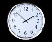 黒の背景に丸いオフィスの時計 — ストック写真