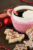 Cup of coffee with Christmas sweetness on wooden table close-up — Stock Photo
