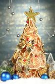Hermoso árbol de navidad de limones secos con decoración, sobre fondo azul brillo — Foto de Stock