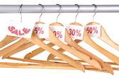 Perchas de madera como símbolo de venta aislado en blanco — Foto de Stock