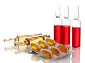 医療アンプル、錠剤や注射器、白で隔離されます。 — ストック写真