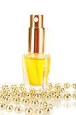 Profumo di donna bella bottiglia e perline, isolati su bianco — Foto Stock