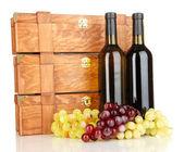 Ahşap şarap şişeleri üzerinde beyaz izole olgularda — Stok fotoğraf
