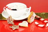 杯加上红色背景圣诞节甜蜜的咖啡 — 图库照片