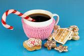 一起在蓝色背景上的圣诞甜蜜杯咖啡 — 图库照片