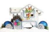 Urządzony dom Boże Narodzenie na białym tle — Zdjęcie stockowe