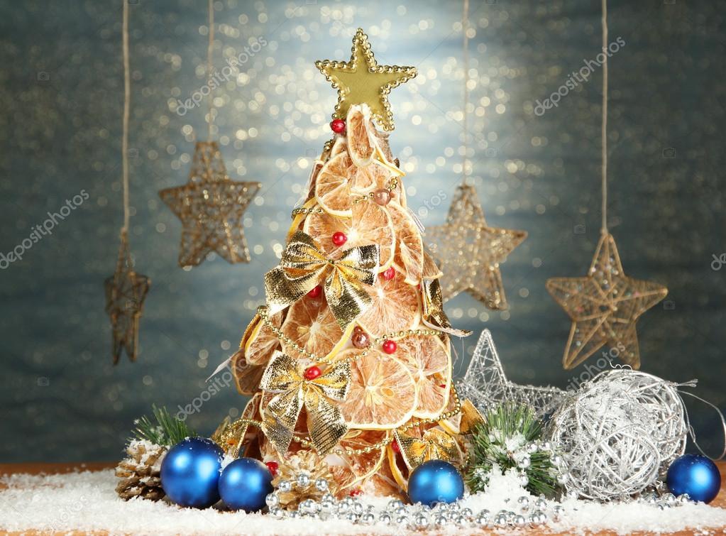Красивая новогодняя елка сухой лимонов с декором, на фоне ...: http://ru.depositphotos.com/18133585/stock-photo-beautiful-christmas-tree-of-dry.html