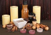Ustawienie uzdrowiskowej czekolady na tle bambusa drewniany stół z odbiciem — Zdjęcie stockowe